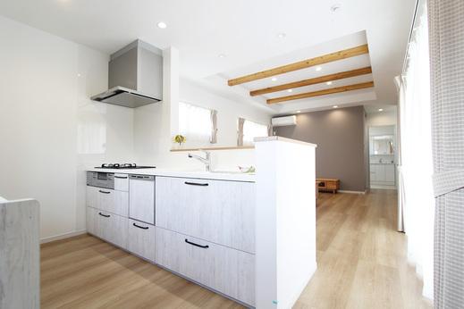 キッチンは清潔感のある白をベースに      LDKは木の質感が漂うナチュラルテイスト