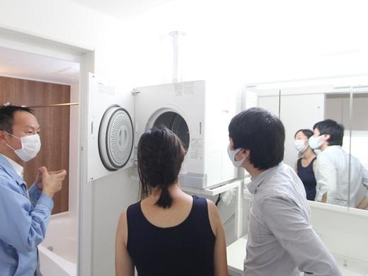 そしてガス屋さんが説明          今回『乾太くん(カンタクン)』を      採用いただいております      自宅でのガス乾燥機、羨ましいです          また、内装も拘り沢山です      これはリビングのアクセント壁紙      白の木目にワンちゃんの足跡
