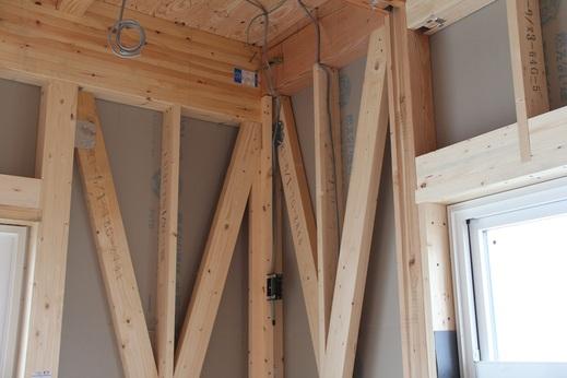 電気配線のポイントは      エアコンとカーテンレールなどが      干渉しないかを確認したり      スイッチやコンセントが      使いにくくないかを確認したりします