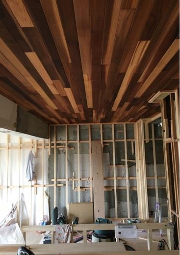 これは天井にウェスタンレッドシダーという木を貼ってもらったところです。  一気に、お家の中に木の香りが漂うようになりました。    さぁ、続きは次回、お楽しみに✨          ☆★☆★☆★☆★☆★☆★☆★☆★☆★☆★☆★☆★☆★☆★☆★☆★☆★☆★☆★☆★☆★☆★☆★☆★    予告 : こちらの築29年のマンションリノベのお住まい、お施主様のご好意にてオープンハウスを         9月23日(土) ・ 24日(日)    に開催をさせていただけることになりました!ご見学ご希望の方は      ぜひ  リフォーム担当・林  までお問い合わせください。こだわりのたくさん詰まった素敵なお住まいです。        マンションリフォーム・リノベーションをお考えの方、中古物件をお探しの方  、ぜひこの機会にどうぞ!    (お問合先)  フリーダイヤル:0120-71-5721    メール:  iguiyama@refine-anjo.co.jp    FAX:0566-77-5832               ☆★☆★☆★☆★☆★☆★☆★☆★☆★☆★☆★☆★☆★☆★☆★☆★☆★☆★☆★☆★☆★☆★☆★☆★