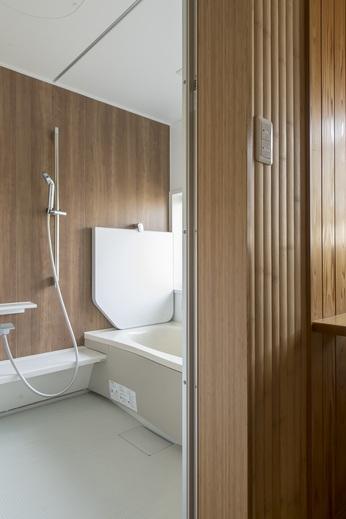 続いてお風呂の入口で拘り(2)      入口の壁には竹を採用      お風呂本体は掃除のしやすい      パナソニックのユニットバス          それでも温泉のような      リゾート感があります