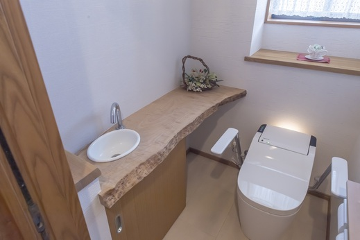 トイレはまたもや掃除が楽な      パナソニックの全自動お掃除トイレ      『アラウーノ』      手摺はとても便利で      ご年配の方に限らず      小さいお子様にも大人気      座りながら手が固定されるので      安定するんですよね          で、拘り(3)がお客様ご自身で選んだ      天然木の手洗いカウンター