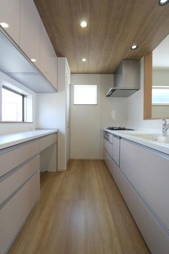 キッチンはパナソニック製      天井にアクセントを設け      キッチン空間をシンプルに      かつオシャレに演出しています