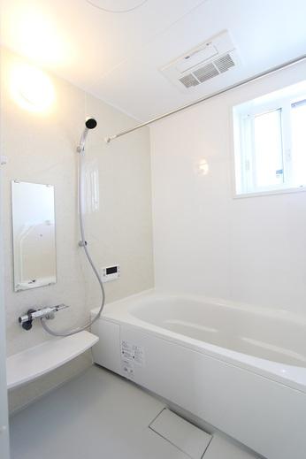 そして、お風呂もやっぱりパナソニック製          最近のお客様の中に      お風呂の入る時間が長い      若い方が増えているみたいです          理由は、スマホをお風呂に      持ち込むからです          納得していい物なのか?      防水機能がこんなところで      役に立っています      皆様のご家族の中にはいませんか?