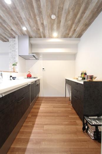 マンションのキッチンは      狭くて暗いが当たり前ですが      こちらのキッチン本体は      2550mmの幅が実現しています      一般的な戸建てと同じです            カップボードとの奥行きも広くし      広さも明るさも収納力も      リノベーションにて実現しました      間取りの工夫が大事なのです