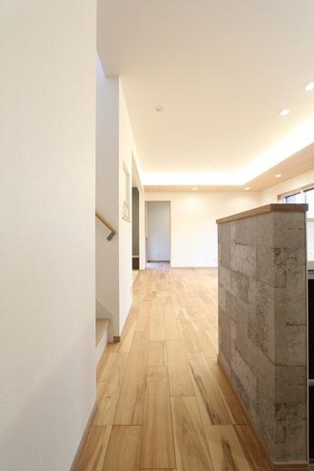 玄関→LDK→洗面脱衣室      一直線で繋げる配置計画が      奥行きのある空間として      広さと良い動線計画を演出しています        この建物を見てみたい方は      下記のアドレスよりお問合せ下さいませ