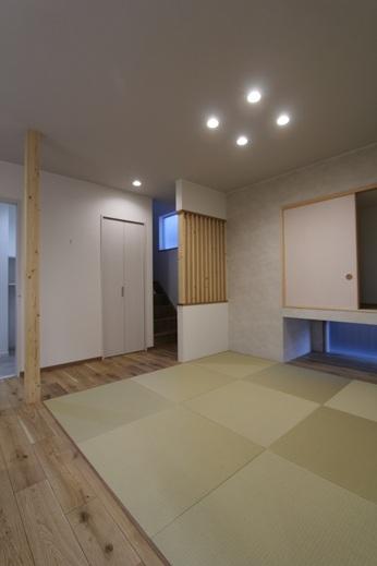 ダイニングキッチンの隣には      4.5帖の畳コーナー      収納・地窓を設け      奥の階段正面には      木のスリットを取り付けました