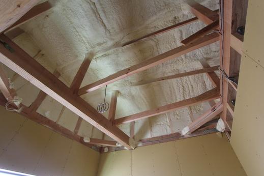 内部では大工工事の真っ最中      省令準耐火構造の為      壁下地のプラスターボードが      梁まで施工されています