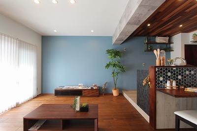 そしてこちらが、キッチンを見たところ。  アクセントで使用したブルーのクロスが、とても映えた空間になっております。  無垢の木材カウンターと、飾りのタイルもいい味を出しております。