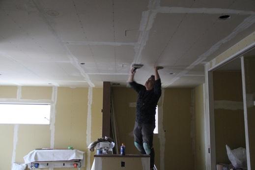 内装屋さんは大変です      天井の作業って首と手の疲労が      半端ないんです      本当にご苦労様です          本日下地を整えていたので      明日から壁紙の工事      空間が驚くほど変わる姿が      本当に楽しみです!
