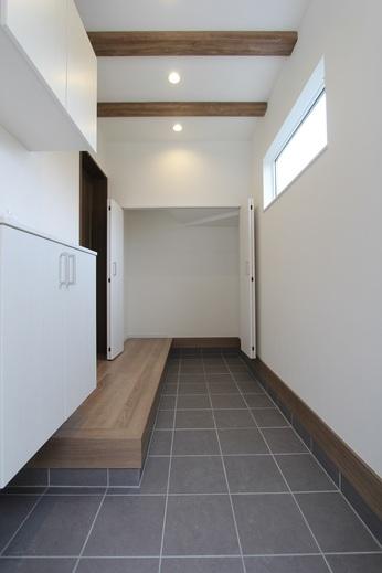 玄関も天井に梁型がありワンポイント          土間部分も広く      奥に階段下空間を利用した      シューズクロークもございます