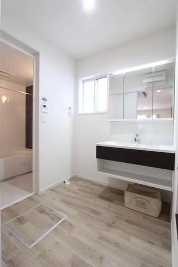 水廻りはオールパナソニック      快適でお掃除ラクラクの      什器設備が採用されています          洗面脱衣室は明るくすっきり      浴室には暖房換気乾燥機もあり      この時期にはありがたいアイテムです