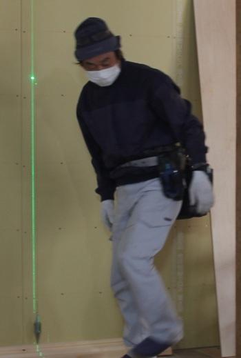 部屋と部屋の間仕切りを      レーザーを使い水平垂直を確認し      いい仕事をしています