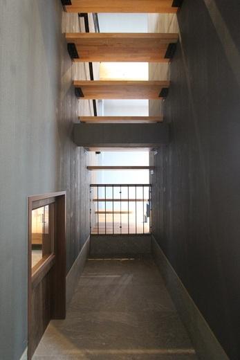 こちらは階段下部分を下げ      玄関(土間部分)の高さと合わせ      その空間の高さを高くとれる      工夫をした事例です