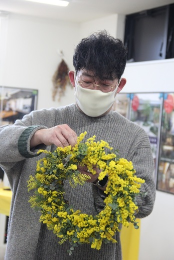 先生はおしゃれで絵になります      同じ町内の生花店      『hanadokei』さんです          実は今回ご参加できなかった方で      別でhanadokeiさんで      ミモザリースを作られる方も      いるそうです