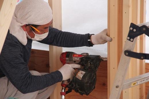 棟梁は柴田建築さん      テキパキと仕事をしています          家づくりには      大工さんをはじめ      多くの職人さんの技術により      進んで行きます          そしてナイスホームの      設計と監理により      工事が無事安全に竣工します