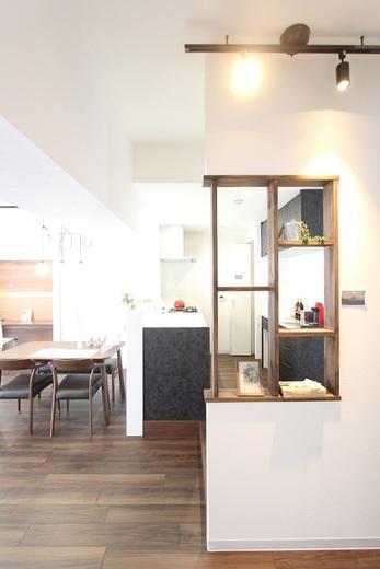 キッチンの横には飾り棚      ナイスホームの女性設計士の      長谷部がデザインし      大工さんが木で造作      オシャレに空間演出されています