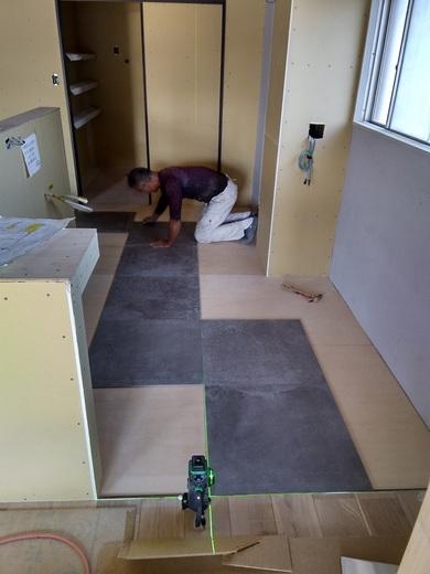 こちらはキッチンの床です      今回タイルを貼ることにしました      この部屋は5階建ての4階      エレベータはありません      重たいタイルを運ぶのも一苦労です            外で働く職人が外だけでなく内へ      仕事の幅を広げる事も      大切ではないかと思います          私は不器用なので      建築の仕事以外はできませんが      新築でもリフォームでも      できる事は幅広く      取り組んでいきたいと思います