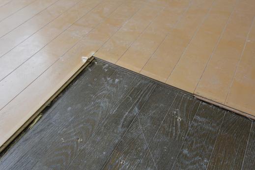 今度は、床(フローリング)をめくったらまた床(フローリング)が現れました。     これも以前あったフロアの上から、    リフォームの際に  重ねて新しいフロアを貼り増し  した証拠です。  ------------------------------------------------------------------------------------------  例えばこのような、リフォーム用の床材が商品として発売されています。