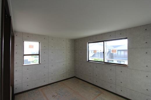 """このお部屋のクロスの  コーディネート  は、      天井のクロスはシンプルな無地にし、      壁は""""コンクリート打放し風""""のクロスを施工しました。"""