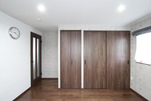 部屋を明るく見せてくれる白やライトグレー  の壁紙、クローゼットドアなど・・・