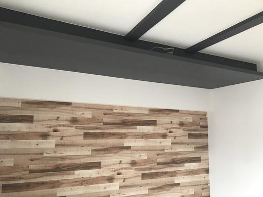 ↑こちらは   寝室   です。   アクセント として、 木目のクロス を一部に貼っています。  下げた天井の部分は黒いクロス仕上げで、  LDKと雰囲気を合わせます  。     黒×白×木で モダンな印象    になりました!  下げた天井の凹んだ部分に 間接照明 を取り付けます。           工事の進むスピードは速いですね(゜゜)  いつの間にか工事が半分以上終わってしまいました。  内装工事が終わり次第、   設備が搬入   されます。  どんどん完成に近づいています!    では、また次回。  お楽しみに♪