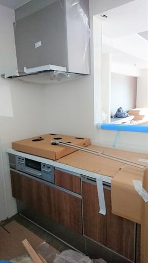 ↑キッチン設備が入りました!  キッチンの 扉柄はチェリー です。  まだまだ工事中ですが、設備が入るだけで完成が見えてきた感じがしますね(^^♪