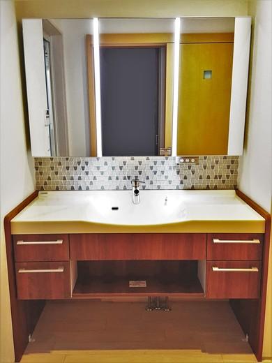こちらは洗面スペース。    洗面化粧台はパナソニックのL-CLASSというシリーズのものです。    これだけでも十分高級感のある洗面ですが、    タイルを貼ることで、より素敵に仕上がりました!    T様に も実際に ご覧頂き 、とても 満足して いただけ ました!    洗面化粧台が大きいので、朝バタバタするときもお子様と並んで支度をすることができます。            タイルには本当にたくさんの種類があります。    お部屋のアクセントとして、とてもおすすめですし、    ここにはこのタイルが合うかなと考える時間も   家作りの思い出   になるかと思います♪    今から家を建てようと計画されている方は、    ぜひ検討されてはいかがでしょうか   (^^)               次回も建物内部をご紹介していきます。    お楽しみに!