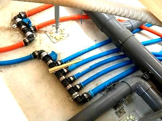 こちらは床下に配置された   給排水管   の様子 。        オレンジ と ブルー の管(さや管)は、1本ずつキッチンやお風呂へ繋がっています。        二重構造になっているので、水漏れや赤水が 発生しません!         また、N様邸は  長期優良仕様  なので、   ヘッダー工法   を採用しています。        長期優良住宅には様々な条件がありますが、         維持管理のしやすいお家 にすることも、そのうちの1つなのです♪                  さて、今回はここまで。        次回の更新をお楽しみに!