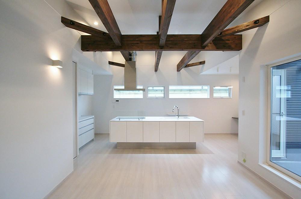 白いキャンバスに躍動感を描く天井梁