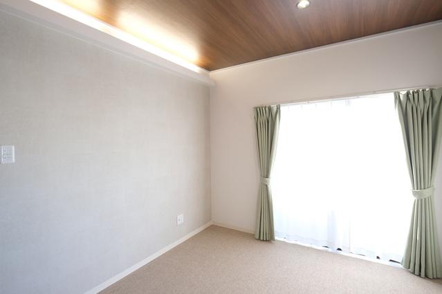 間接照明と木目の天井がおしゃれな寝室